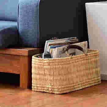 モロッコの職人さんが編んだという編み目のきれいな横長のカゴはソファの近くにおいて。リモコンや雑誌などすぐに手の届くところにおいておきたいものを収納するのにぴったりですね。