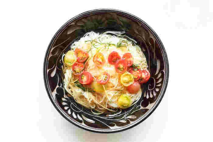 江戸の伝統調味料「煎り酒」を使ったジュレに、たっぷりのミニトマトを加えた、そうめんのアレンジレシピ。大葉やレモンが程よく全体を引き締めます。一見、冷製パスタのような雰囲気もあるけれど、味わいはしっかり和風なのがユニークな一品です。