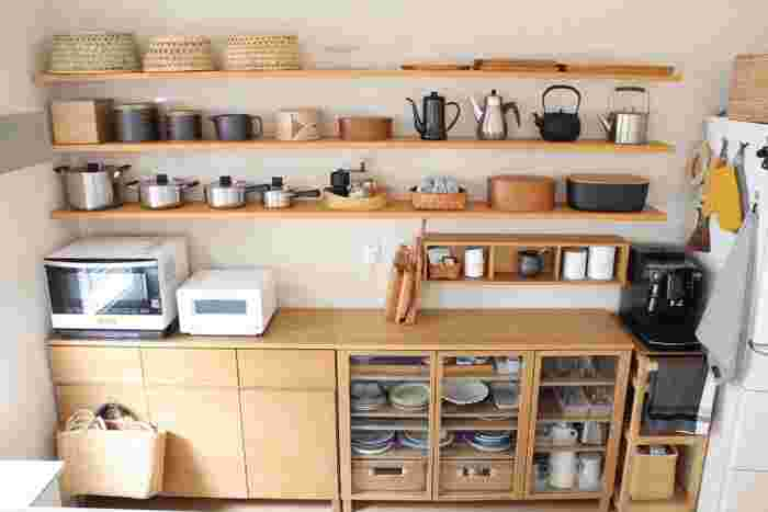 壁にオープンな作り付けの棚を設置して、鍋やポットを見せながら収納。目当てのものがすぐに手が届いて便利そうですね。