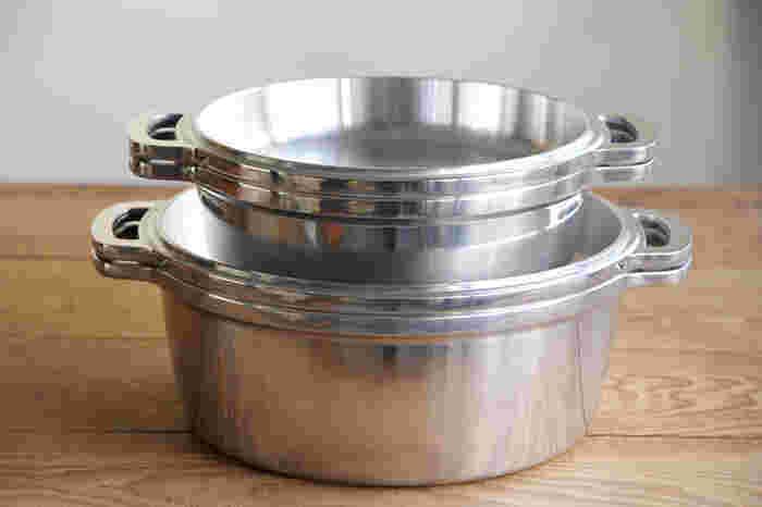 さらに、このお鍋の凄いところは、本体だけでなく、蓋も鍋やフライパンとして使うことができるところ。(IHには対応していません。) この鍋ひとつあれば、煮る、炊く、蒸す、ゆでる、焼く、炒める、揚げる、オーブンの8役がこなせる、まさに優れもののお鍋、見た目は重そうにも見えますが、実際にはそれ程重くなく、使い勝手はとにかく抜群!日々のお料理の頼れるパートナーになってくれそうですね!