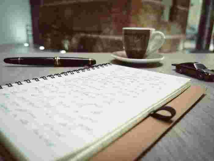 心の中のモヤモヤを、とにかく文字にして書き出してみます。その日あったことを日記に話すように、楽な気持ちで書くことがコツです。大変だったこと、ストレスを感じたことなど、なんでも吐き出してしまいましょう。そして「辛かった」とか「イヤな気持ちになった」とか、その時の心の中もストレートに文字にします。