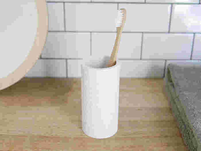 毎日使う歯ブラシは珪藻土の歯ブラシ立てを使って素早く水滴を吸収しましょう。洗面所が水滴でビジョビショになってしまうことを防いでくれるので、お掃除も楽になりそうですね。