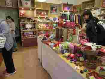 どこのお店よりもカラフルで小さなお土産が揃っています。  ファブリックアイテムを中心に、お菓子やお茶もチェックできますよ♪