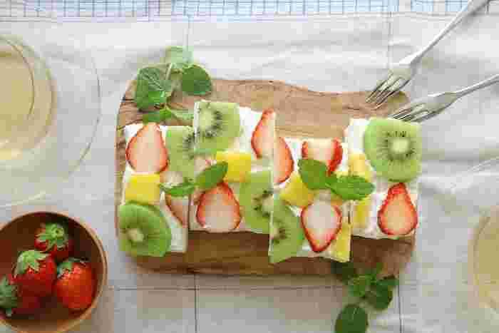 おもてなしにもピッタリの可愛らしいオープンフルーツサンド。簡単に作れて、写真映えするレシピです。