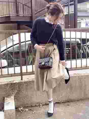 クラシカルなフレンチスタイルにも、ニット×シャツの組み合わせがオススメ!パールのピアスやチェーンバッグ、ソックスとヒールパンプスなど、女子力たっぷりのレトロなアイテムがクラシカルな雰囲気にしてくれます♪