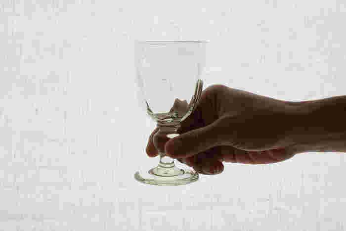 ワイングラスを光にかざすと、かすかに淡い緑色をしています。これはくるみガラスといって、東御市特産の胡桃の殻を燃やした灰をガラスの原料とまぜ、溶かして使った天然の色です。