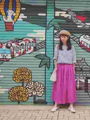 休日スタイルにマストなボーダーTシャツがあれば、ピンクのフレアスカートもくどくない印象に。バッグ&シューズはホワイトでまとめて爽やかさをプラス。