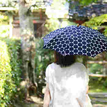 ネイビーの水玉柄が上品な印象を与えてくれる日傘。日本的でもあり、どことなく北欧らしさも漂うデザインはカジュアルにもキレイめにも使えるだけでなく、浴衣でお出かけするときにも重宝します。紫外線防止加工を施した生地には、ところどころに透かし模様が入っていて爽やかで涼しげ♪