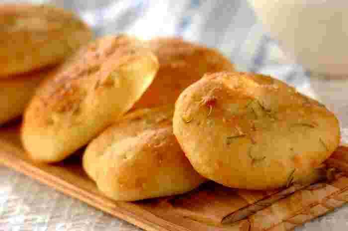 フォカッチャは、イタリア北部のジェノヴァ地方が発祥。ピザの原型といわれる平たいパンで、ローズマリーやオリーブ、ドライトマトなどが入ったものもポピュラーです。