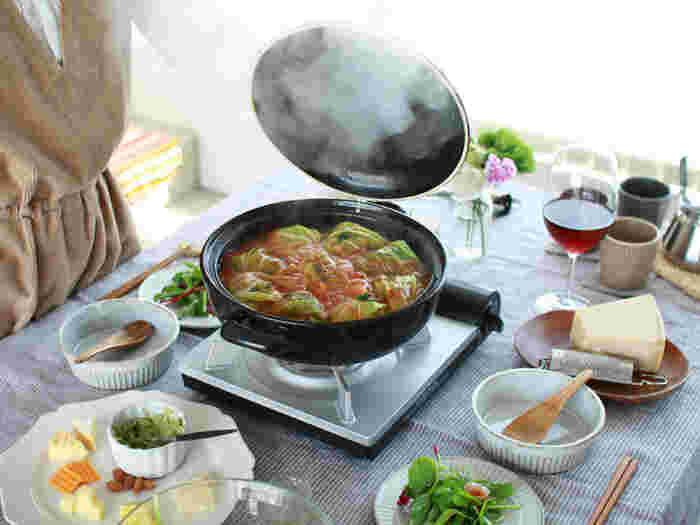 土鍋の蓋を開けるときの、あのドキドキ感もそのままに。ブラックなら、色が付きやすいお鍋でも安心です。蓋は裏返して置くことができます。電子レンジやオーブンでの使用もOK。こんなおしゃれな土鍋があれば、いろいろなお鍋に挑戦したくなりますね♪