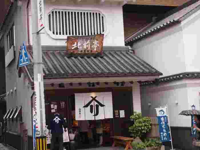 日本初の「味付ちりめん」専門店として知られるお店。  先ほどご紹介した、はっさく大福の松愛堂本店から徒歩2分程度でアクセス可能です。
