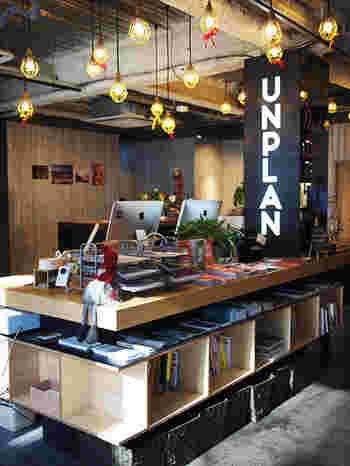 予定のない気ままな旅で訪れても、 思いがけない出会いがあったり、予期せぬ風景が見えたり――。  そのような、トラベラーに開かれた場所を作りたいという想いのもと2016年4月にオープンしたホステル&ラウンジが「UNPLAN Kagurazaka(アンプラン 神楽坂)」。  素敵なホステルの一角に、今回おすすめしたいカフェがあります。
