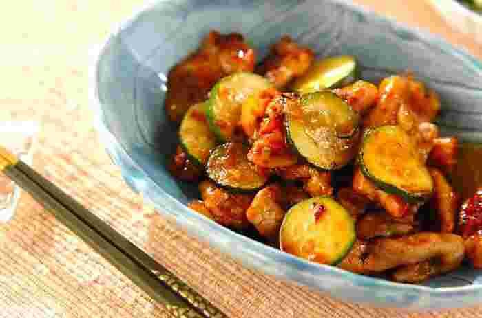 ズッキーニは淡泊な味なので、こってりとした炒め物にもよく合います。ピリ辛の味付けは、白いごはんがモリモリ進んじゃいますよ。