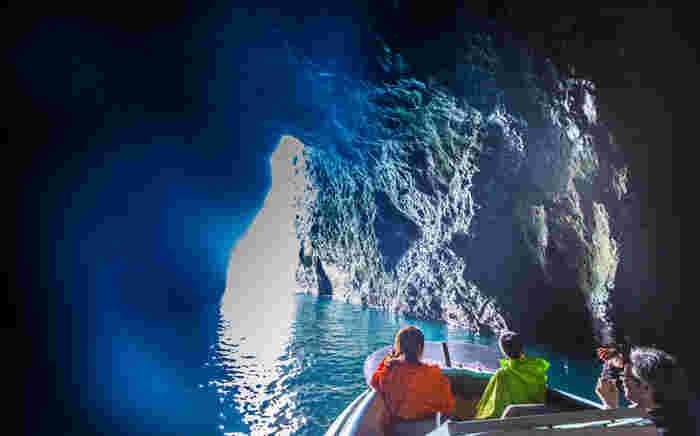そのひとつが小樽にある「青の洞窟」。北海道の海で洞窟体験を楽しめるのは4月下旬から10月上旬までの春〜秋シーズンだけです。