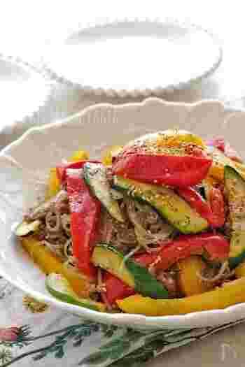 パプリカとズッキーニがたっぷり入った、夏野菜チャプチェ。彩りも良く、夏に不足しがちな栄養素も補給できます。