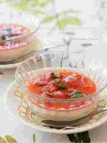 粗く潰したイチゴの食感が楽しめる、イチゴのパンナコッタ。ぜひガラスなどの透明な器で作って、赤と白のコントラストを楽しんで♪食後のデザートに出せば、喜んでもらえることうけあい。