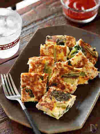 カルシウムたっぷりの小松菜にひき肉とチーズをプラスして作ったオムレツは、作り置きできるのでとっても便利。お弁当が華やかになりそうですね。