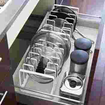 仕切りが自由に取り外せて、手持ちの鍋の幅に合わせられるタイプも。 使いたいものがサッと取り出せるのも魅力的ですね。