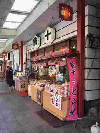 上野の「うさぎや」、東十条の「草月」と並び、東京三大どら焼きのひとつに数えられているのが、大正末期創業の「亀十」です。雷門のすぐそばにあり、いつも行列ができているので初めての方でもすぐにわかりますよ。