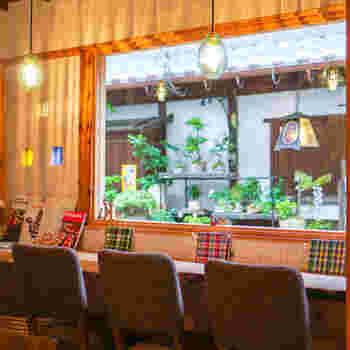 静かな通りに面した人気のカウンター席。窓から見える景色が絵になりますね。店内には、他にもテーブル席やお座敷などもあり、お子さん連れやひとりでも入りやすい雰囲気です。