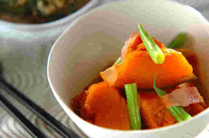 出汁で煮込んだシンプルなかぼちゃの煮物にベーコンを入れることでコクを出しています。水出汁があればその場で材料をすべて入れて煮込むだけなので簡単!