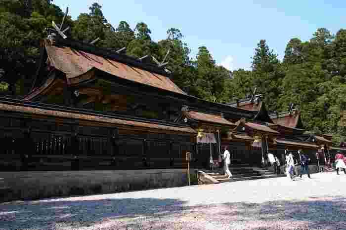 険しい山道と158段の石段を登りきると、熊野本宮大社の本殿にたどり着きます。周囲を山に覆われた神秘的な熊野本宮大社は、全国の約3000社点在する熊野神宮の総本社です。
