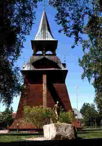 「ムーラ木造教会」の鐘楼などの歴史ある建築物を探して散策するのもいいですね。