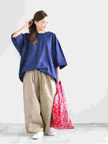 ネイビーのゆったりトップスに、ベージュのゆったりワイドパンツを合わせた着こなし。ゆる×ゆるの組み合わせは、色の合わせ方で印象が大きく異なります。