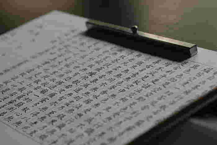 """大覚寺は、""""心経写経の根本道場""""。  般若心経は、唱えるだけでも功徳がありますが、経文の一文字、一文字を仏と想い心を込めて浄写すれば、計り知れない功徳が得られるとされています。  大覚寺「五大堂」では、写経体験が年中出来ますので、時間がある方はぜひ挑戦してみましょう。"""