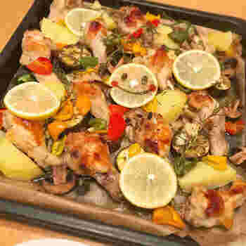 お肉や野菜、きのこなど好きな具材をいっぱい詰めて焼くだけのぎゅうぎゅう焼き。見た目の華やかさとともに栄養バランスも素晴らしく、人気のパーティー料理ですね。