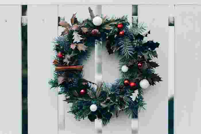 白、赤、緑…クリスマスの定番カラーで組み合わせられたリース。ヒイラギやツリーの形の飾り、スパイス…クリスマスらしさをたっぷり詰め込んだデザインです。