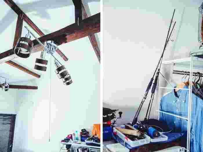 お祖父様が住んでいたころの梁をそのまま活かした天井。棚には趣味の釣り道具が