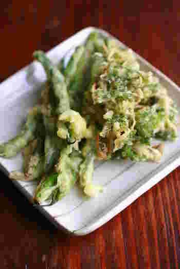 グリーンの鮮やかさが際立ついんげんの天ぷら。揚げたてのアツアツのところをいただきたいですね。野菜が苦手な子どもでも、天ぷらにしてあげると食感が変わって美味しくいただけます。