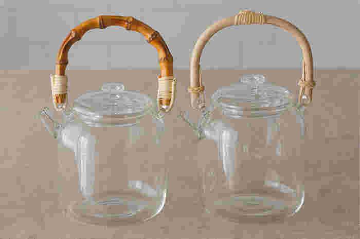 薄くて繊細なデザインながら、耐熱ガラス製のティーポットです。縦長のずんぐりとした胴部にバンブーとアケビの取っ手の組み合わせに意外性があってかわいらしいです。小さく付いた注ぎ口も個性的で、液だれしにくい形になっています。注ぎ口には金属製の茶漉しが付いていて、簡単に取り外してお手入れできます。