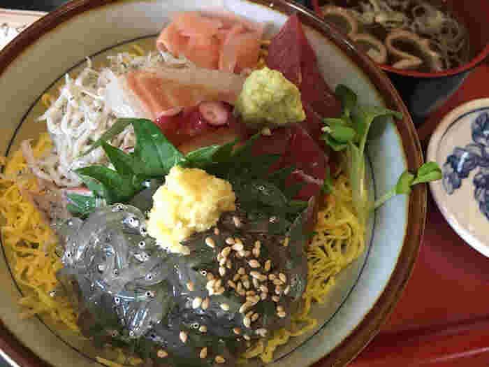 そのほか、地物の握りや海鮮丼、お寿司に揚げ物やサラダがつく品数豊富なランチセットなどもそろっています。お値段も良心的なのは嬉しいですね。