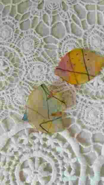 アクリル絵の具で色づけした紙をお好みの形にカッティングするアイデア。鳥モチーフが優しい印象です。