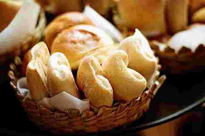 イースト(パン酵母)も、もともと自然界に存在していた野生酵母を元に、パン作りに適したように改良されて作られています。生イーストとインスタントドライイーストがあります。イースト(パン酵母)は、安定した発酵力がありパン生地の発酵が管理しやすいのが特徴です。