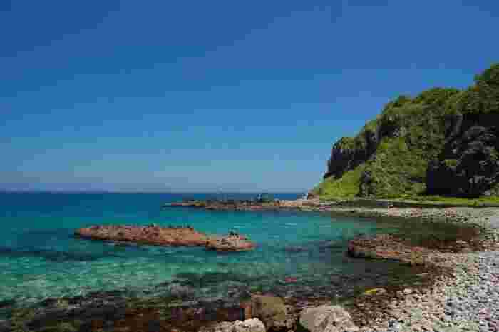 小樽から余市町・積丹町へとつづく「積丹半島」は、奇岩や断崖絶壁が連なる絶景と、「シャコタンブルー」と呼ばれる美しい青の海が魅力的なエリア。こんなに美しい青の海に点在する「青の洞窟」。それはもう、美しいに違いありません。