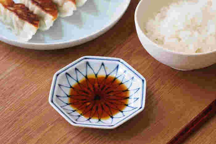 お醤油やタレも、模様が透けて見えるほうが、豆皿のかわいらしさをよりいっそう感じることができます。八角形のかたちも食卓に変化をつけてくれますね。
