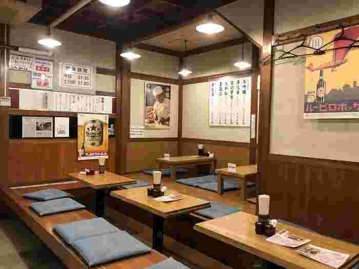 創業は昭和50年。店内も昭和の趣が漂う座敷や掘りごたつのテーブル32席の他、カウンター8席ほどあり、懐かしい雰囲気と素朴な佇まいの中での食事は話が弾み、つい長居してしまいそう。
