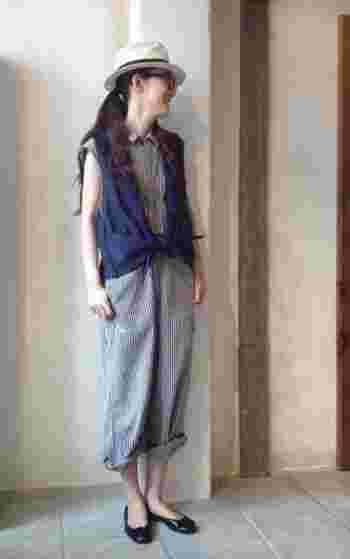着るだけでこなれて見えるストライプのサロペットは、ブルーのワントーンで爽やかさをしっかりキープ!ジレを前でキュッと結び、ほんのりガーリーなエッセンスを加えます。