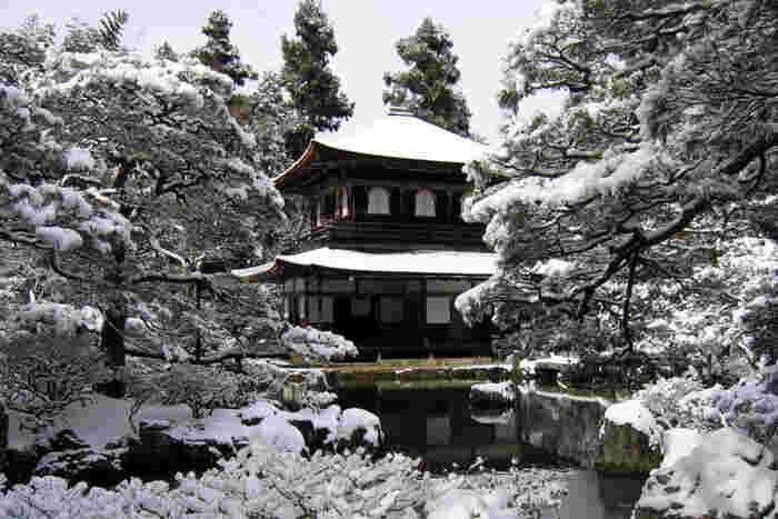 冬になり、厳しい寒さがやってくると観音殿(銀閣)は雪化粧をします。雪化粧をした観音殿(銀閣)は白黒だけのモノトーンの世界のような風景をつくり出し、まるで水墨画の中へ入り込んだような錯覚を感じます。