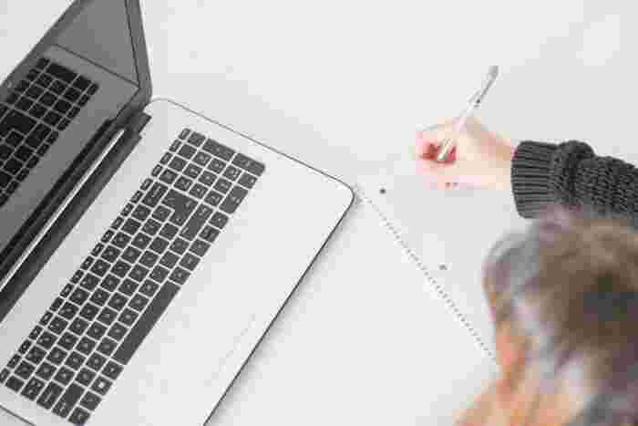 大人になっても、仕事や学校で必要な資格の勉強をしたり、趣味で語学の勉強をしたりという方は少なくありません。最近ではスマホやタブレットで勉強をしている方も多いですが、やっぱりノートを使ったアナログ勉強術は大きな効果があります。  自分が使いやすい勉強ノートの作り方を模索して、ぜひ何度も見直したくなるノートを作ってみてくださいね♪