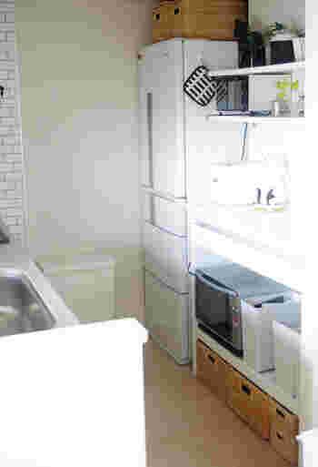 かっちりと型のきれいなかごは収納にぴったり。 キッチンもかごがあるだけで明るくやさしい雰囲気になります。持ち手があるので手に取りやすいため、手の届きにくい高い場所や、重たい物は低い場所に収納しやすいですね。