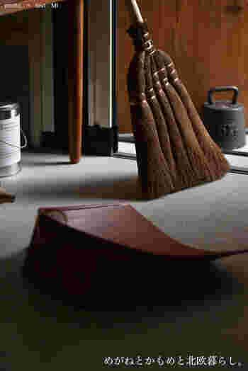 家族が出かけて行ったら、玄関ドアを開けて空気を入れ替えながら掃き掃除をしておきましょう。箒とちり取りは、ぜひとも使いやすいところに置いておいてくださいね。ついでに玄関外の掃除もサッとこなしておくと◎