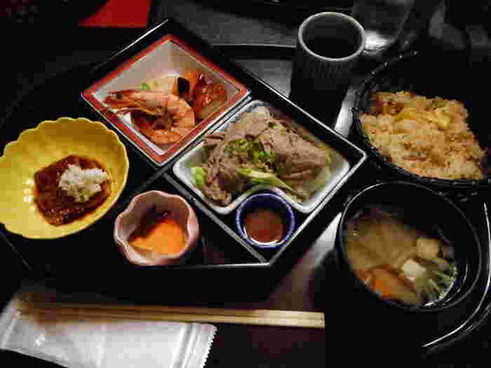 3種類あるランチの中で1番人気は「本丸御膳」。お店自慢のさつまいもおこわを中心に、うなぎの蒲焼きや煮物、冷しゃぶなどがセンス良く盛り付けられています。少しずついろんなものを食べたい方にもぴったり。