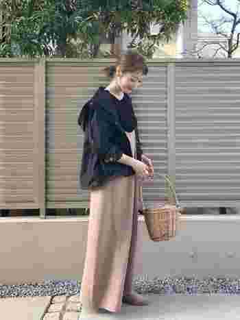 ピンクベージュのキャミソールロングワンピースに、黒のマウンテンパーカーを羽織ったスタイリング。大きめをゆるっと着こなすことで、リラックス感のある大人の休日コーデにマッチします。