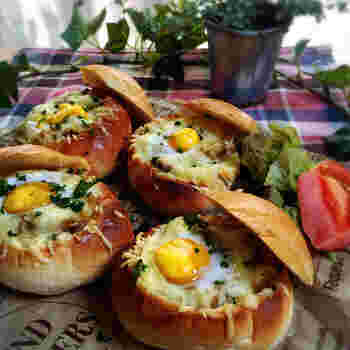 ■ バターロールパンで簡単!焼きカレーパン  カレーの翌日の朝ごはんが楽しみになるメニュー♪うずらの卵がキュートです!