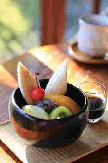 縁側で、お庭を愛でながらまったりスイーツやコーヒーを楽しめます。和の雰囲気にぴったりの抹茶やあんみつもありますが、コーヒーや自家製ケーキなども揃っています。
