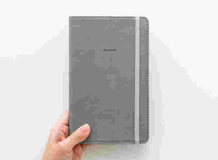 落ち着いた印象のカバーが魅力の手帳です。ビジネスシーンでも使いやすいデザインです。